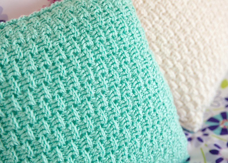 free pillow cover crochet pattern - leelee knits Couch Pillow Cover Pattern