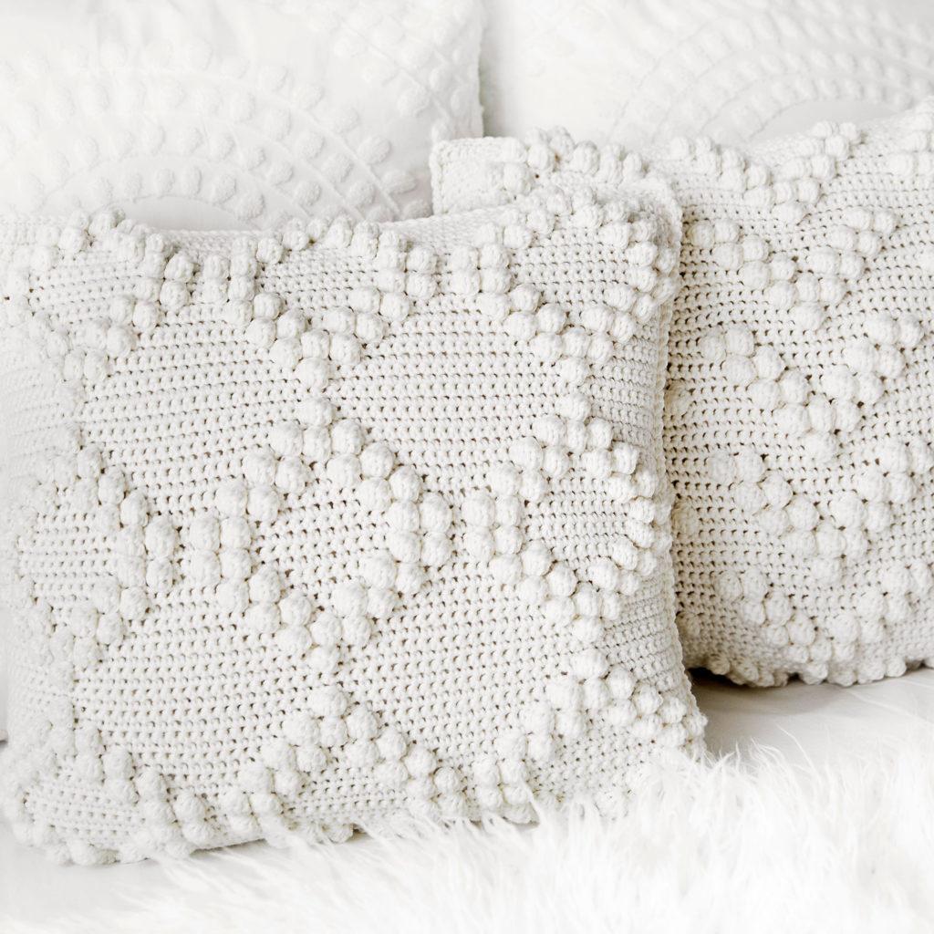 Fundas de almohada de crochet Bobble Stitch en la cama